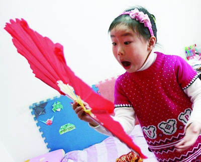 青岛5岁女孩酷爱变魔术 技艺精湛超刘谦 图
